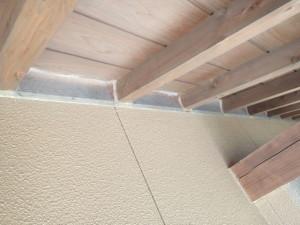 軒先の隙間からコウモリが侵入する現場